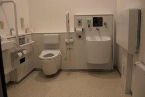 車いすマークの多機能トイレの内部