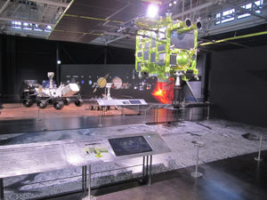 火星探査車と小惑星探査機「はやぶさ2」の実物大模型