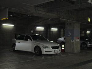 ホテル地下駐車場