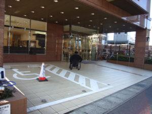 ホテル玄関前の、車いすマークの駐車場