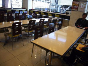 通路の広い食堂スペース