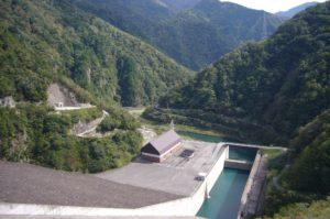 ダムから見た眼科の景色