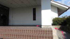 正面出入口のスロープ