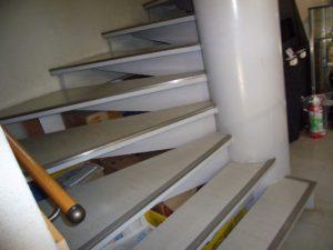 手すり付きのらせん階段
