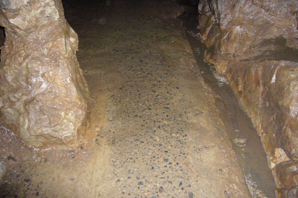 鍾乳洞の中の通路