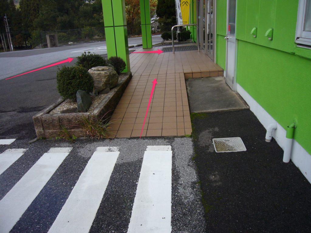 玄関出入り口へのスロープ