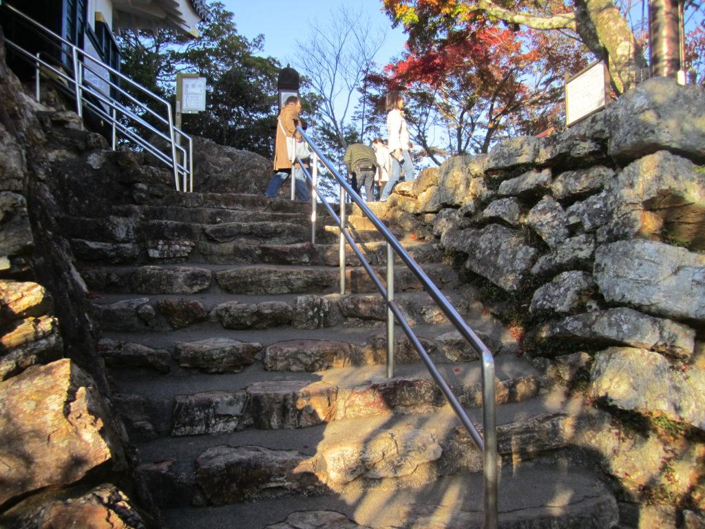 岐阜城への急な階段