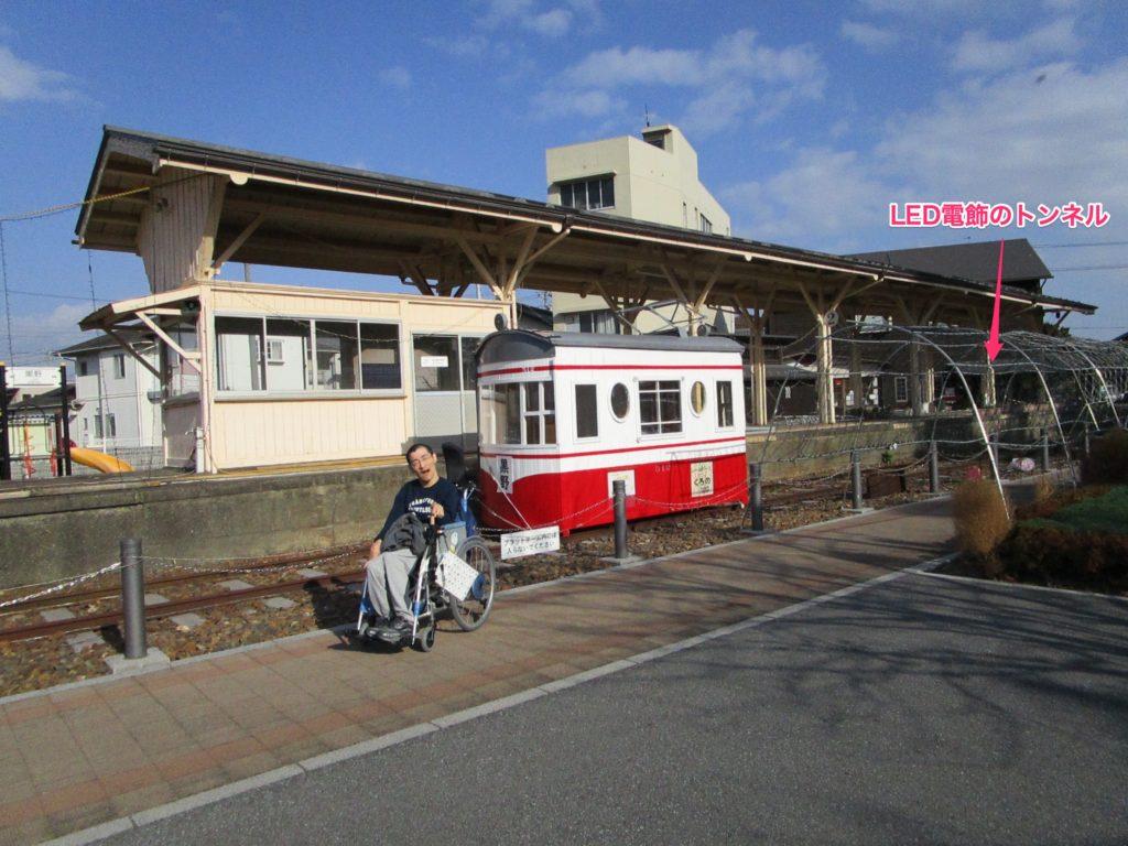 プラットホームと、手作りの赤白電車