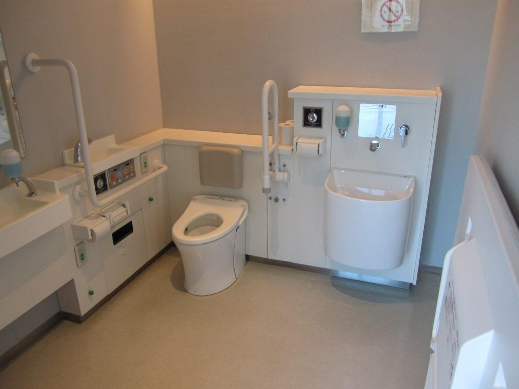 車いすマークの多機能トイレ