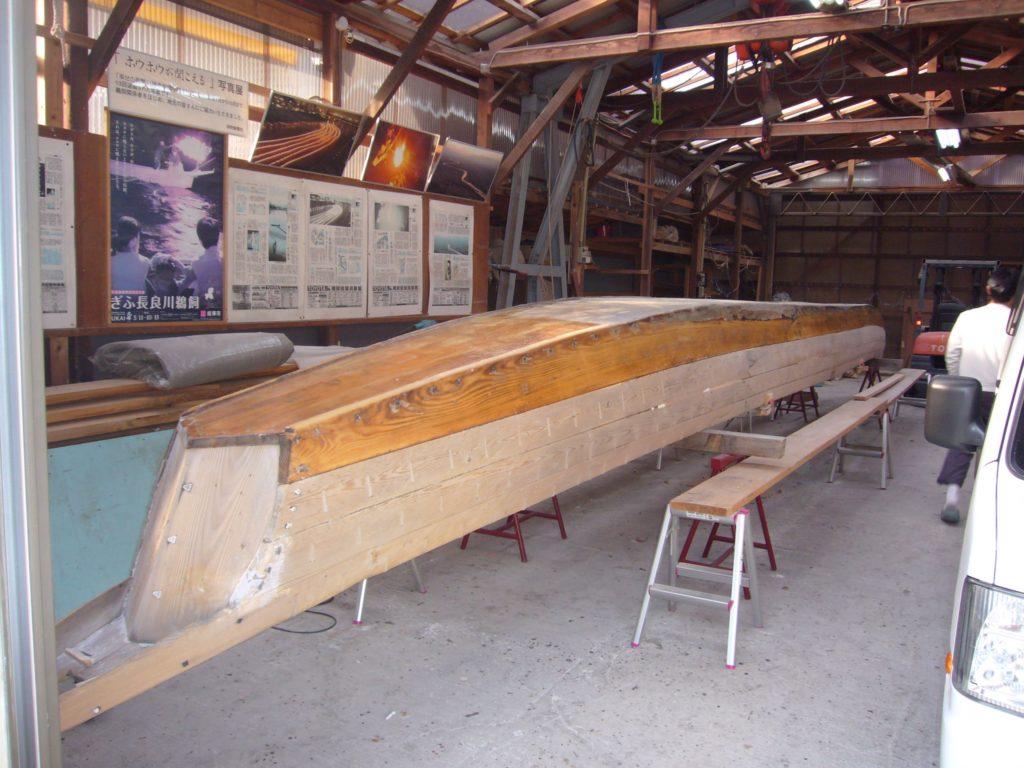 船底を修理作業中の鵜船
