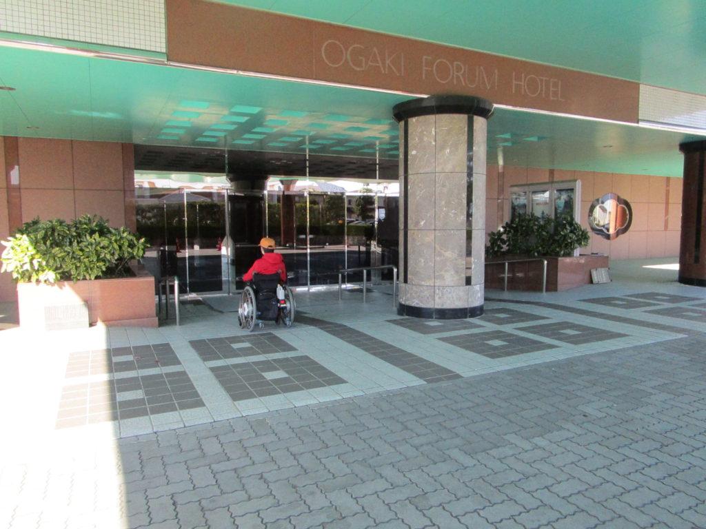 ホテル正面出入り口