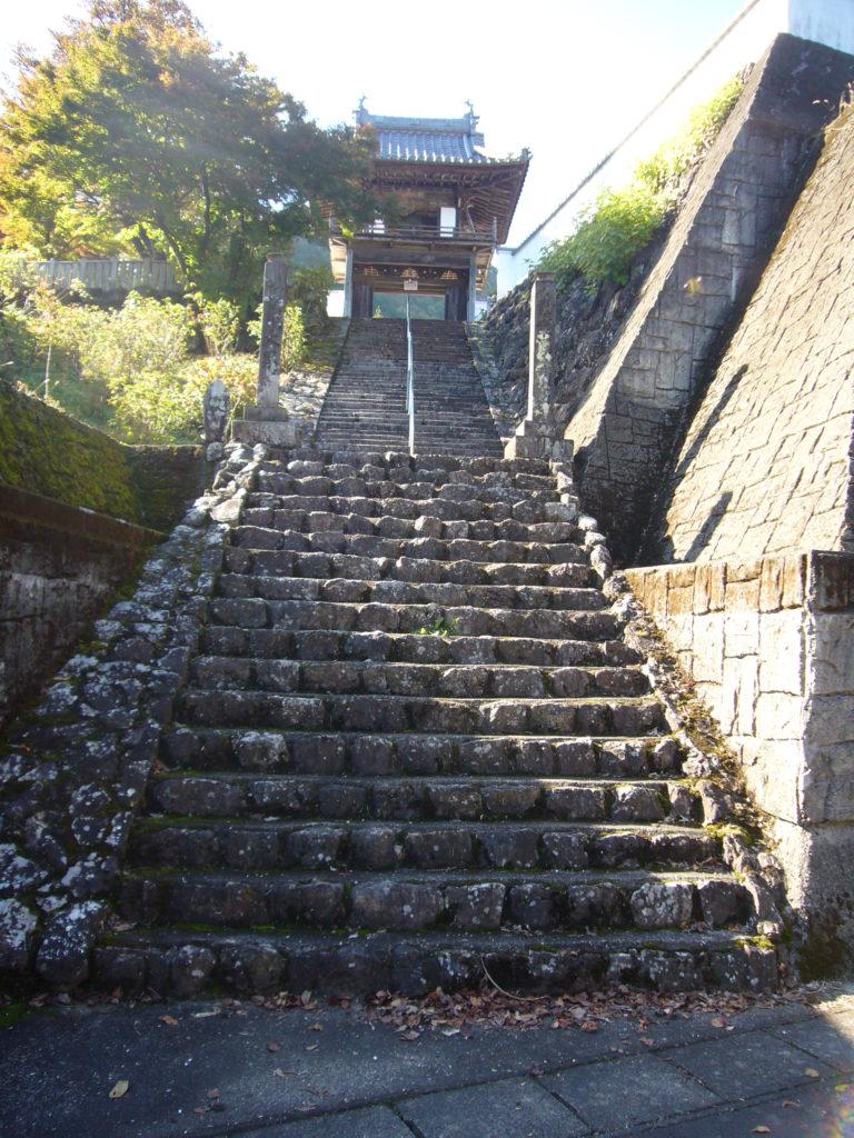 階段下から山門を見上げる