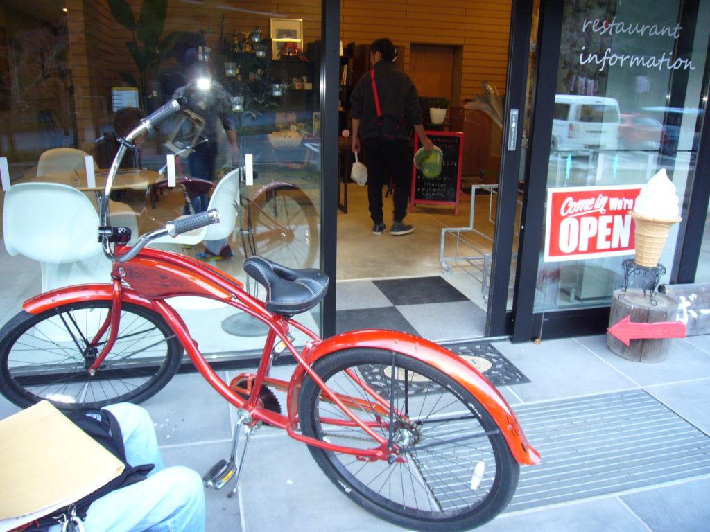 赤色の自転車と自動扉