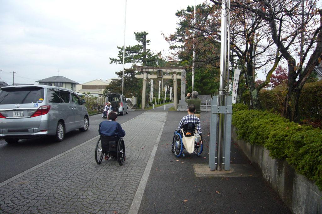 結神社鳥居と正面駐車場
