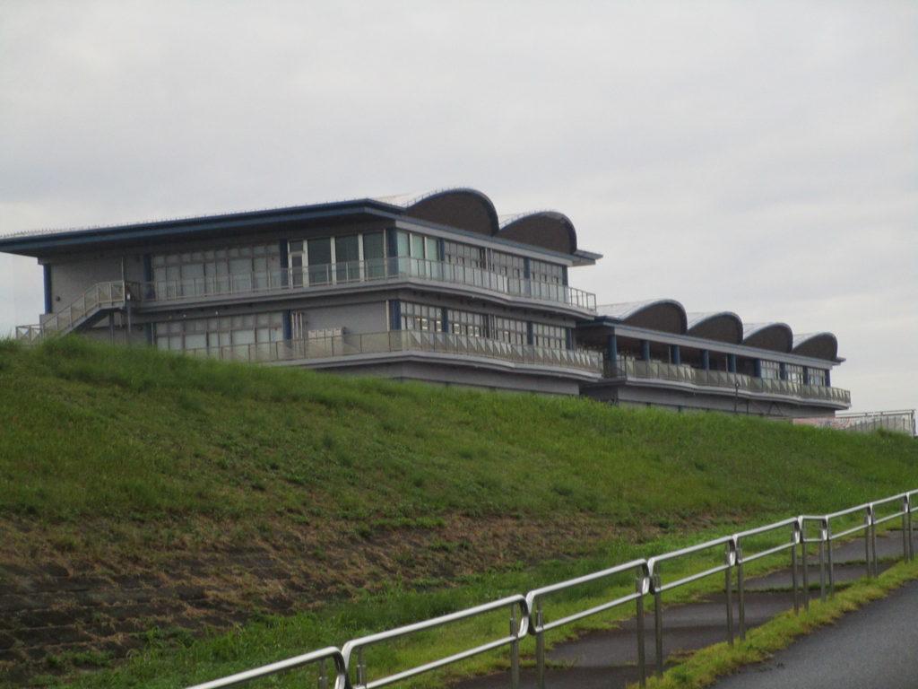 河川からの長良川サービスセンターの全景