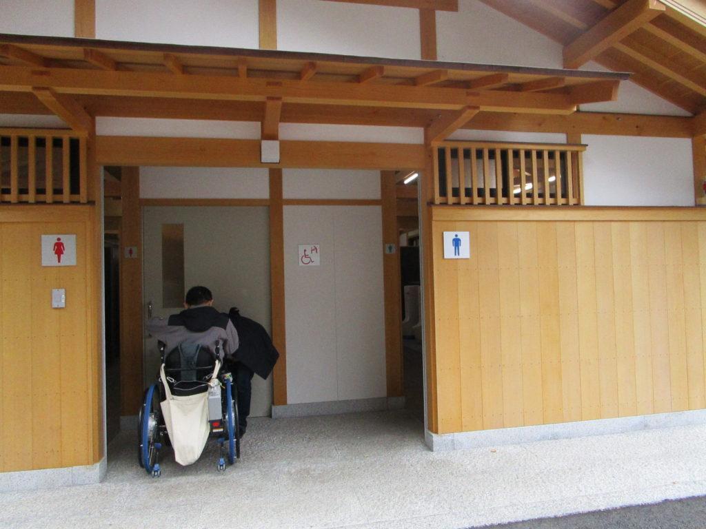 公衆トイレの出入り口