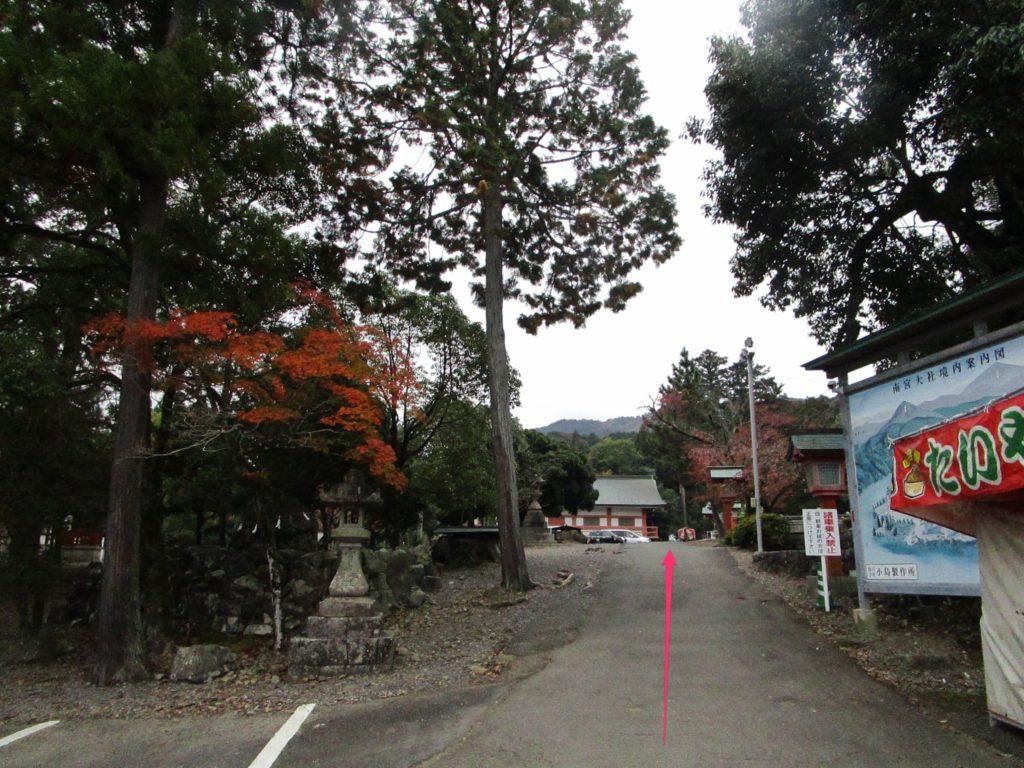 駐車場から正面の桜門へ