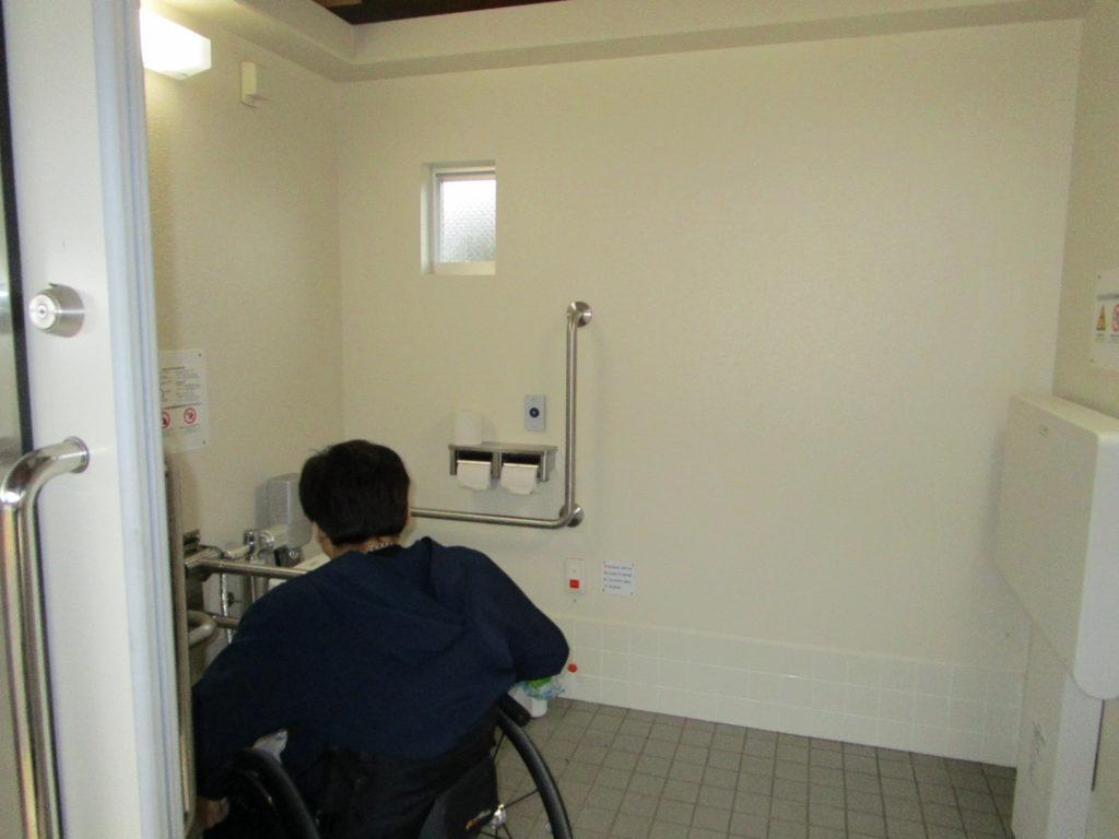 車いすマークのトイレの内部
