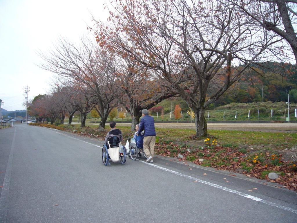 旧関ヶ原北小学校の運動場周りの道路