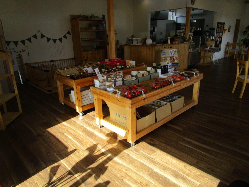 明るく広い、白木のカフェ
