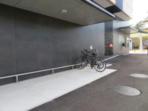屋根付きの駐輪場の写真