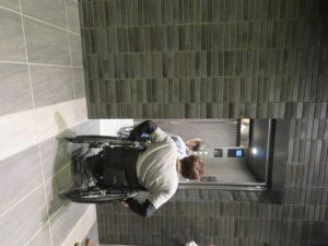2階へのエレベーターの写真