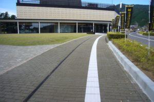 一般駐車場から記念館正面出入口への写真