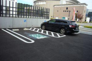 車いすマークの駐車場の写真