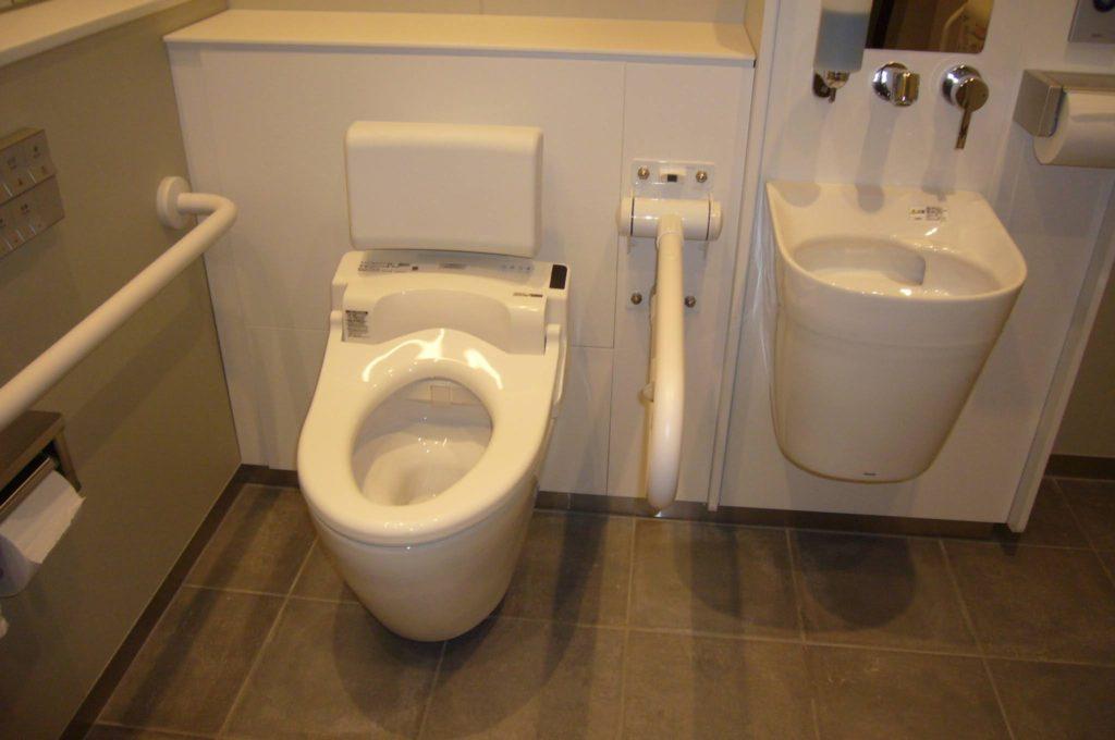 車いすマークの多目的トイレの写真