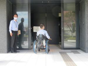 正面出入口とインターホンの写真